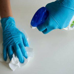 reinigungskraft-beim-putzen